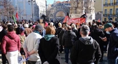 Centenas de pessoas participaram na concentração antifascista realizada este domingo no Largo Camões em Lisboa – Foto de Ana Mendes