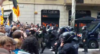 Este domingo, a polícia catalã recorreu à força para tentar quebrar o cerco à delegação do governo espanhol no centro de Barcelona. Imagem Danci Lagarder/Youtube