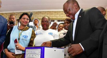 """O ANC rendeu-se às políticas neoliberais e só a memória da luta contra o """"apartheid"""" e a falta de uma oposição em que confie leva a maioria da população negra sul-africana a continuar a dar-lhe o voto – Foto de Cyril Ramaphosa a votar nas eleições de 2019"""