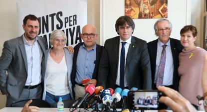 Toni Comin e Clara Ponsati com Puigdemont e outros candidatos.