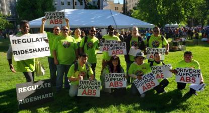 Motoristas de plataformas digitais em apoio à lei AB5.