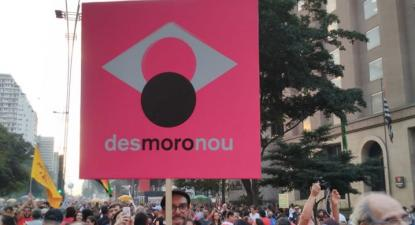 Manifestante exibe cartaz durante a greve geral de dia 14 de junho. Foto de Mídia Ninja