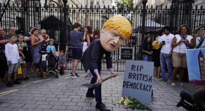 Caricatura de Boris Johson no protesto contra a suspensão do Parlamento britânico.