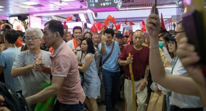 Manifestantes pró-Pequim enfretam manifestantes anti-Pequim no shopping Amoy Plaza, Hong Kong, 14 de setembro de 2019. Foto: Jerome Favre/EPA/Lusa.