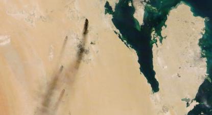 Colunas de fumo dos incêndios nas refinarias de Abqaiq e Khurais, atacadas por drones a 14 de setembro de 2019. Foto: NASA Worldview/EPA/Lusa.