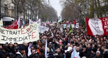 Em França, as reformas regressivas do presidente Macron continuam a suscitar grande resistência popular como mostra as manifestações contra a reforma das pensões - Manifestação em Paris em dezembro de 2019, foto de Ian Langsdon/Lusa/Epa