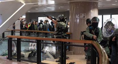 Polícia armada num centro comercial de Hong Kong onde os manifestantes fizeram uma ação na véspera de Natal. Dezembro de 2019. Foto de LUSA/EPA/JEROME FAVRE.