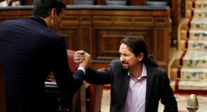 Em Espanha, PSOE e UP firmaram um acordo de governo progressista, Pedro Sánchez e Pablo Iglesias cumprimentaram-se no debate de investidura do governo espanhol, janeiro de 2020. Foto de Juan Carlos Hidalgo, Lusa/ Epa.