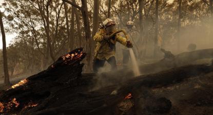Bombeiro combate incêndio na Austrália. Colinton, fevereiro de 2020.
