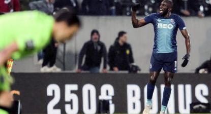 Marega festeja um golo no jogo contra o Vitória de Guimarães no qual foi vítima de cânticos racistas. Foto de LUSA/EPA/MANUEL FERNANDO ARAUJO.