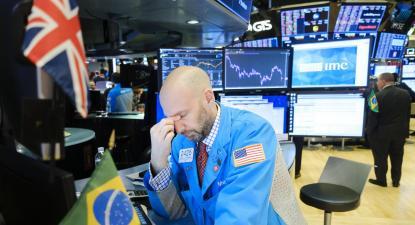 Corretor da Bolsa de Nova Iorque reage à descida das ações. Fevereiro de 2020.
