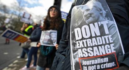 Assange terá sido algemado 11 vezes e despido após julgamento