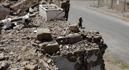No dia em que passavam cinco anos do início da guerra no Iémen, um homem passeia junto a destroços em Sanaa. Foto de YAHYA ARHAB/EPA/LUSA.