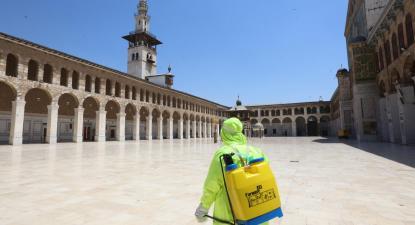 Desinfeção de uma mesquita em Damasco. Foto de YOUSSEF BADAWI/EPA/Lusa.