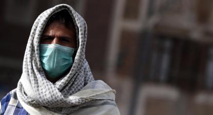 Um homem usa uma máscara de proteção em Sanaa, Iémen. Foto de YAHYA ARHAB/EPA/Lusa.