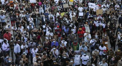 Uma multidão encheu o largo de São Domingos em homenagem a Bruno Candé. Foto de Miguel A. Lopes/Lusa.