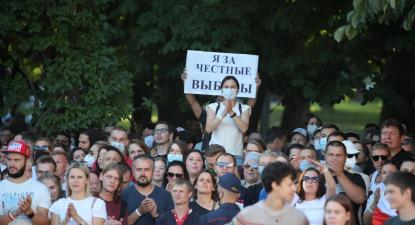 """""""Apoio eleições livres"""", um dos cartazes que surgiu no espetáculo marcado pelas autoridades em Minsk. Foto de TATYANA ZENKOVICH/EPA/Lusa."""