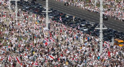 Com centenas de milhares nas ruas, Lukashenko diz que só sai depois de morto