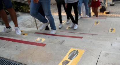 Alunos à entrada da Escola Secundária Infanta Dona Maria no início das aulas. Foto de Paulo Novais/Lusa.