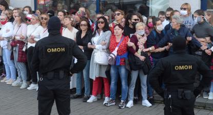 Polícia prepara-se para deter participantes num protesto pacífico nas ruas de Minsk a 19 de setembro.