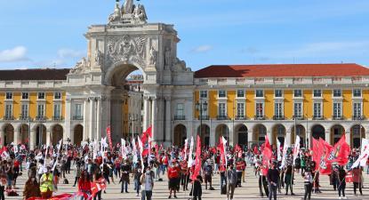 """Manifestantes protestam durante uma ação de luta nacional da CGTP, subordinada ao tema """"Aumentar os salários! Desenvolver o País"""", entre o Rossio e o Terreiro de Paço, em Lisboa."""