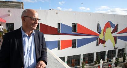 Manuel Grilo no Centro de Acolhimento de Emergência para Sem-abrigo em Lisboa. Foto de Manuel de Almeida/Lusa.