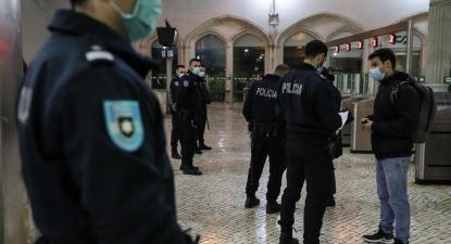 Estado de emergência. Controlo policial na estação do Rossio. Novembro de 2020. Foto de Tiago Petinga/Lusa.