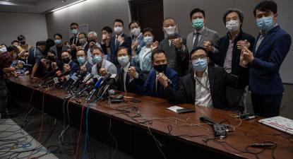De mãos dadas, a totalidade dos deputados pró-democracia anunciaram a demissão. Foto de JEROME FAVRE/EPA/Lusa.