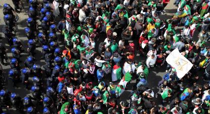 Manifestantes argelinos no segundo aniversário do Hirak. Foto de MOHAMED MESSARA/EPA/Lusa.