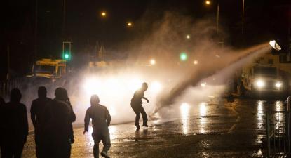 Canhão de água a ser disparado contra manifestantes em Belfast na Irlanda. Foto de Mark Marlow/EPA/Lusa.