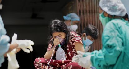 Calcutá, profissionais de saúde recebem uma paciente. Foto de PIYAL ADHIKARY/EPA/Lusa.