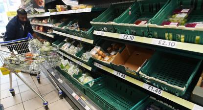 Supermercado britânico com algumas prateleiras vazias. Foto de ANDY RAIN/EPA/Lusa.