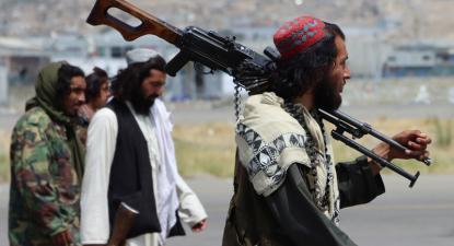 Forças talibãs tomam conta do aeroporto internacional em Cabul, após a retirada dos norte-americanos.