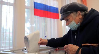 Mulher voto nas eleições legislativas russas. Foto de MAXIM SHIPENKOV/EPA/Lusa.