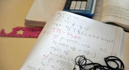 Caderno e calculadora. Foto de Paulete Matos.