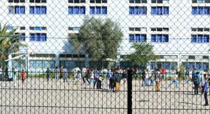 """""""Quando chegamos perto de uma escola, em especial uma escola do ensino básico, a primeira coisa com que nos confrontamos é a presença de grades"""" – Foto de Paulete Matos"""