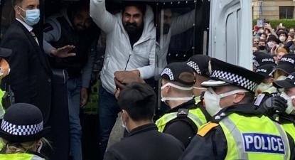 Momento em que os dois homens são libertados. Foto do Twitter.