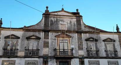 Edifício público degradado no centro de Portalegre - Foto de Higino Maroto