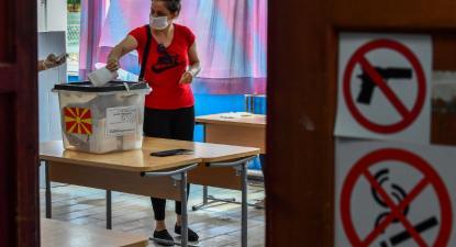 Mesa de voto na cidade de Strumica, Eleições na Macedónia do Norte, 15 de julho de 2020 – Foto de Georgi Licovski/Epa/Lusa