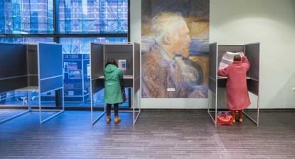 Assembleia de voto no Museu Van Gogh em Amsterdam, eleições legislativas na Holanda a 17 de março de 2021 – Foto de Jeroen Jumelet/Epa/Lusa