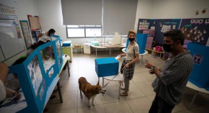 Mesa de voto nas eleições em Israel, 23 de março de 2021 – Foto de Atef Safadi/EPA/Lusa