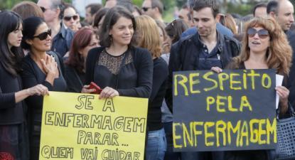 Enfermeiros concentrados em frente aos Hospitais da Universidade de Coimbra - Foto de Paulo Novais/Lusa