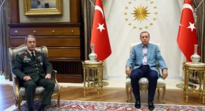 Presidente turco Recep Tayyip Erdogan, acompanhado por Hulusi Akar, chefe das forças armadas da Turquia – Foto da presidência da Turquia/Epa/Lusa