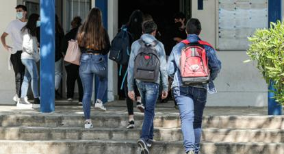 Alunas e alunos à entrada da Escola Secundária de Albufeira, no dia do regresso às aulas do ensino secundário – Foto de Luís Forra/Lusa