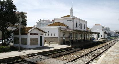 """""""A curtíssimo prazo é necessário tornar o modo ferroviário preferencial para as ligações entre as cidades da região, no eixo Lagos - Vila Real de Santo António"""" - Estação ferroviária de Olhão, foto wikipedia"""