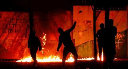 Distúrbios unionistas em Belfast. Foto de @Scott_Cud/Flickr.
