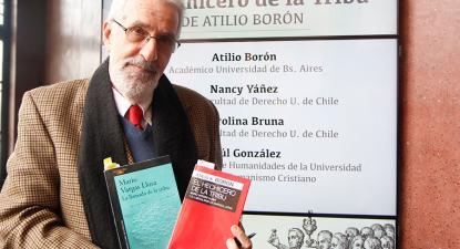 Atilio Bóron apresenta o seu livro sobre Vargas Llosa. Foto da Universidade do Chile.