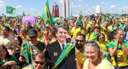 Manifestantes em Brasília exibem uma imagem em tamanho real do presidente. Foto de Fabio Rodrigues Pozzebom/Agência Brasil