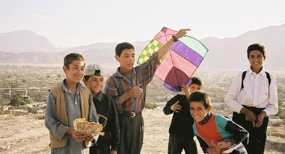 Crianças afegãs brincando com um papagaio. Créditos: One Step Beyond Agosto 2012 blogue medico.de