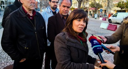 Catarina Martins presta declarações aos jornalistas à saída do Tribunal do Bombarral.